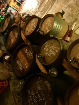 Weinangebot aus Original-Fässern für's Ambiente.